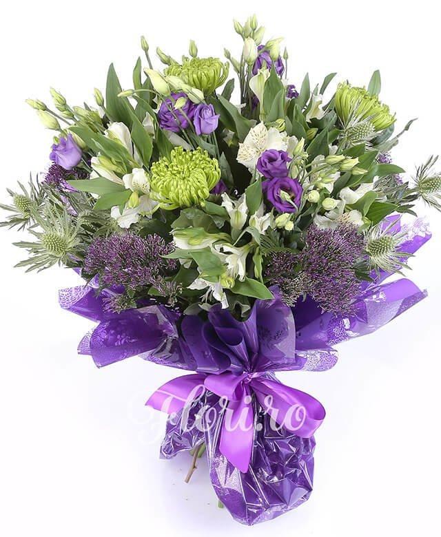 5 crizanteme verzi, 5 trachelium mov, 7 alstroemeria albă, 5 lisianthus mov, 5 eryngium