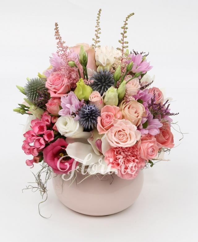 5 trandafiri roz, 3 miniroze roz, 1 lisianthus alb, 1 lisianthus roz, astilbe, eryngium, bouvardia, cybmidium