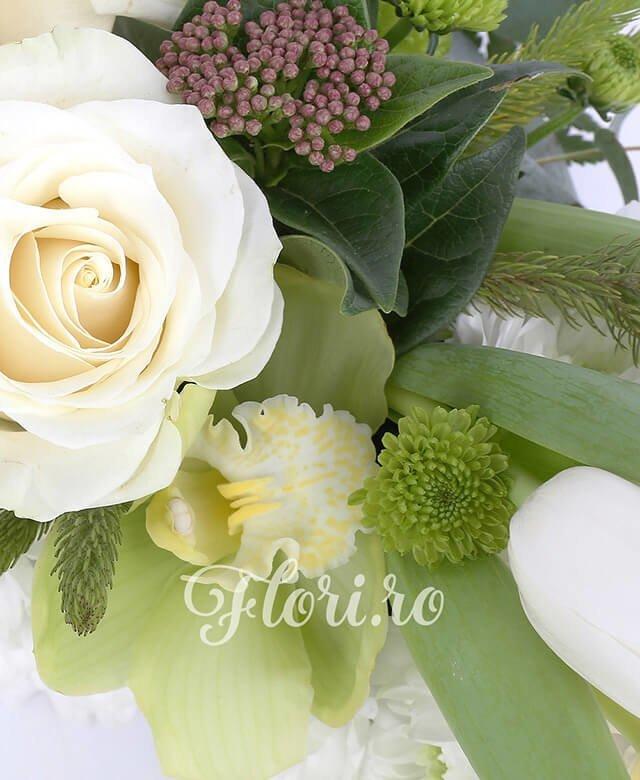 25 crizanteme albe, 3 trandafiri albi, cupe cymbidium verde, 3 santini verde, verdeață