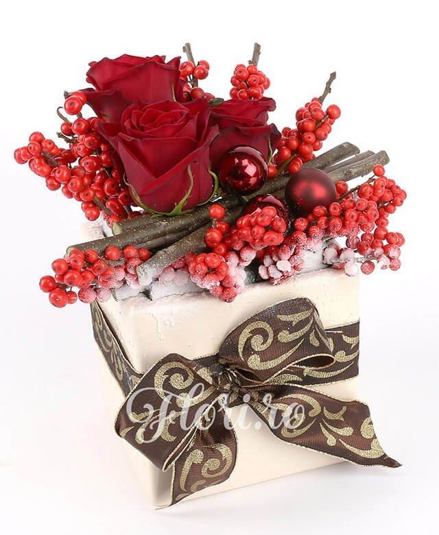 3 trandafiri roșii, ilex, 3 globuri