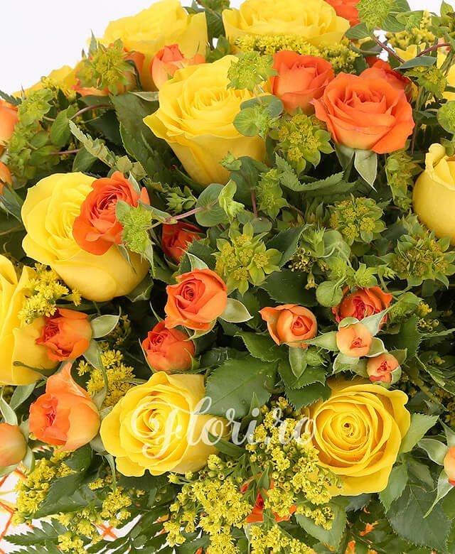 11 trandafiri galbeni, 6 miniroze portocalii,5 bupleurum, 5 solidago
