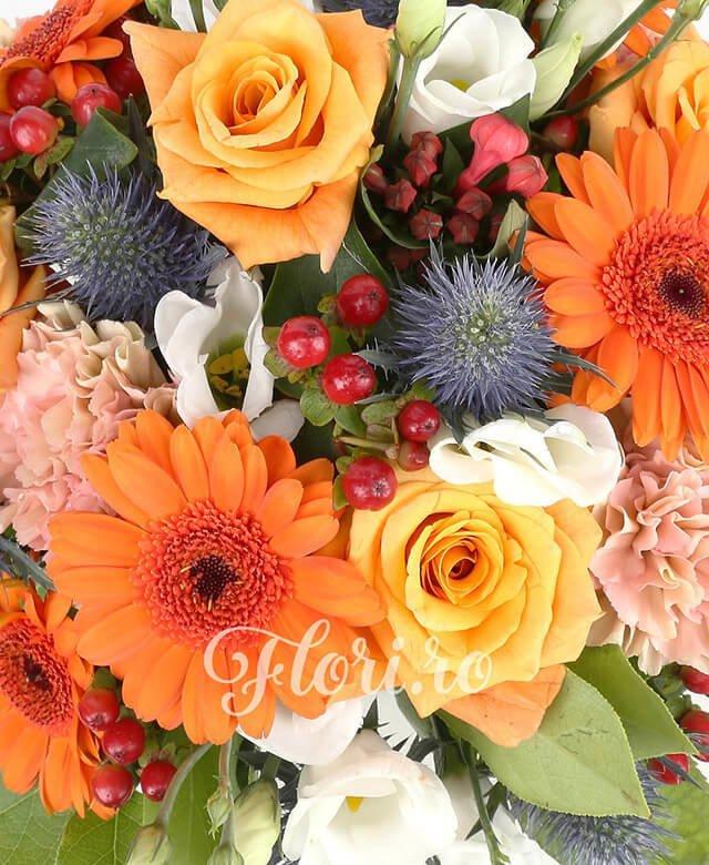 5 trandafiri portocalii, 4 gerbera portocalii, 3 lisiantus albi, 5 garaofe portocalii, 5 hypericum, eringium, salal