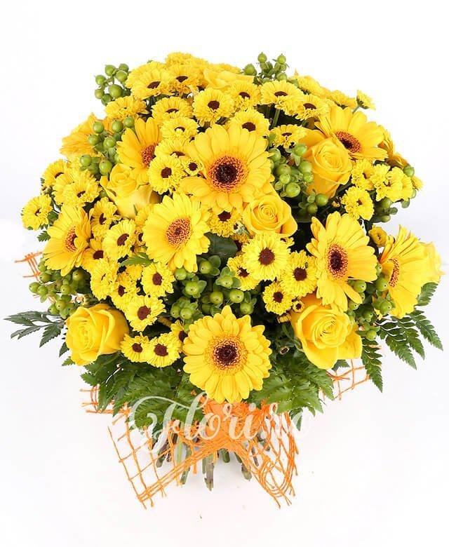 7 trandafiri galbeni, 6 gerbera galbenă, 10 santini crizantemă galbenă, 6 hypericum verde