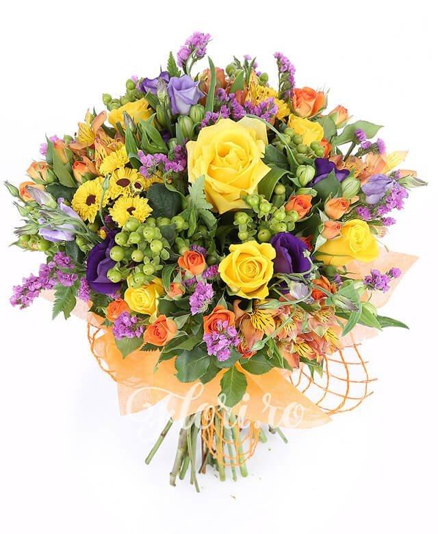 5 trandafiri galbeni, 5 miniroze portocalii, 5 alstroemeria portocalie, 5 lisianthus mov, 5 hypericum verde, 3 santini galben, limonium mov, 3 alstroemeria albă