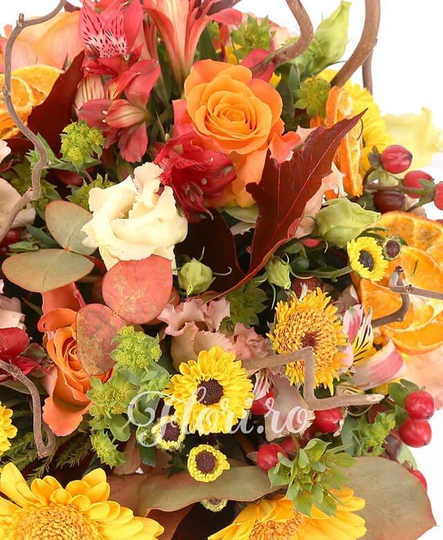 stropitoare, 3 trandafiri portocalii, 5 garoafe banan, 3 lisianthus roz, 3 gerbera galbena, 3 santini galben, 5 hypericum rosu, 3 alstroemeria protocalie, bupleurum, corilius, eucalypt, frunze artar