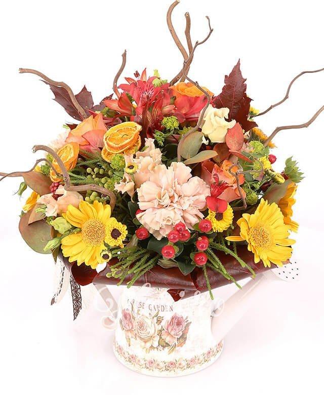 stropitoare,  trandafiri portocalii,  garoafe,  lisianthus roz,  gerbera galbenă,  santini crizantemă galbenă,  hypericum roșu,  alstroemeria portocalie, bupleurum, corylus, verdeață