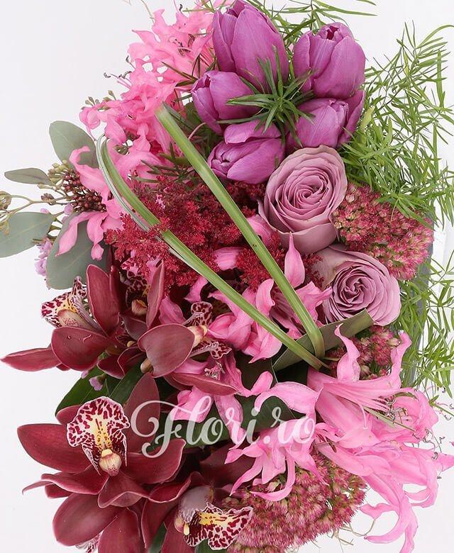 vas ceramic, 2 trandafiri mov, 5 lalele mov, 5 nerine, 1 cymbidium grena, 3 kalanchoe, 3 astilbe grena, waxflower, eucalypt, asparagus, aspidistra
