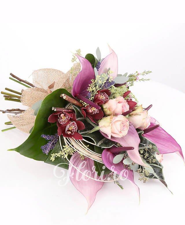 4 trandafiri roz, 7 anthurium mov, 2 trachelium alb, 1 cymbidium grena, lavanda, waxflower, verdeață, curly