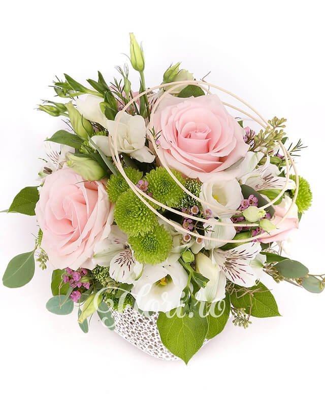 3 trandafiri roz, 5 frezii albe, 3 lisianthus alb, 3 alstroemeria albă, 3 santini verde, waxflower, verdeață, curly