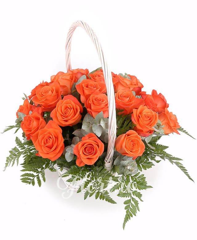 coș, 23 trandafiri portocalii, verdeață