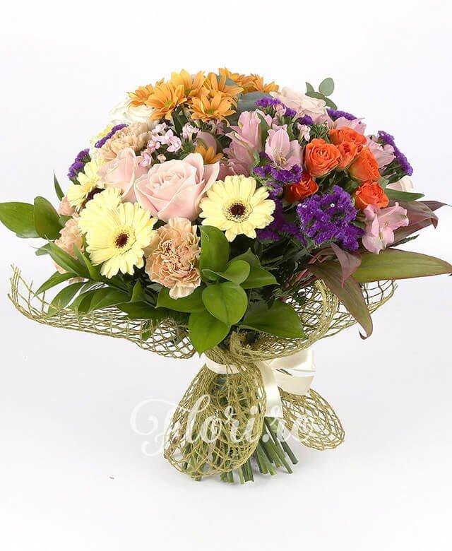 3 garoafe, 5 gerbera crem, 3 trandafiri roz, 3 miniroze portocalii, 1 crizantemă portocalie, 5 lisianthus alb, 3 bouvardia roz, limonium, 3 alstroemeria roz