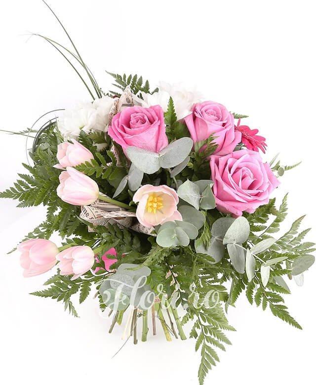 3 trandafiri roz, 3 gerbera roz, 5 lalele roz, 2 crizanteme albe, verdeață