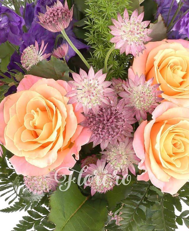 5 trandafiri portocalii, 2 delphinium albastru, 5 astrantia, asparagus, aspidistra