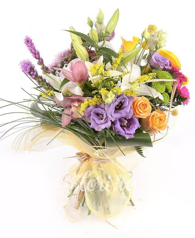 1 crini albi, 3 gerbera roz, 3 cale galbene, 2 liatris, cupe cymbidium roz, 3 lisianthus mov, 1 crizantemă roz, 3 craspedia, 2 kalanchoe, solidago, 2 santini verde