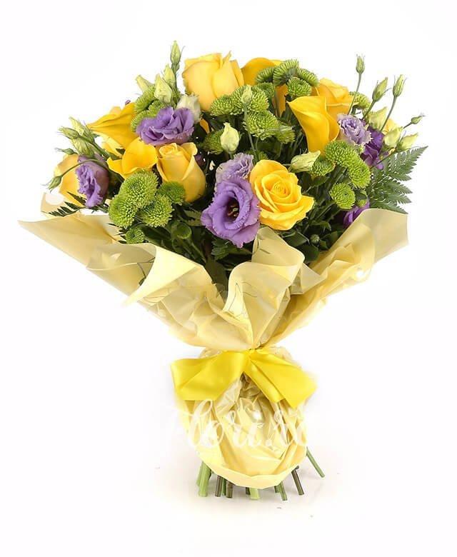 7 trandafiri galbeni, 3 cale galbene, 7 santini verde, 5 lisianthus mov